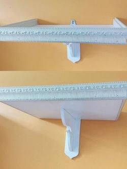 หิ้งพระติดผนังสีขาว ประดับลายสวยๆที่ขอบ ขนาดหน้ากว้าง 18 นิ้ว