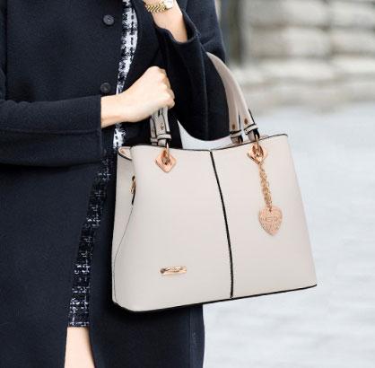 พร้อมส่ง ขายส่งกระเป๋าผู้หญิงถือและสะพายข้าง แต่งจี้ห้อยหัวใจแฟชั่นสไตล์ยุโรป รหัส Yi-5208 สีขาว