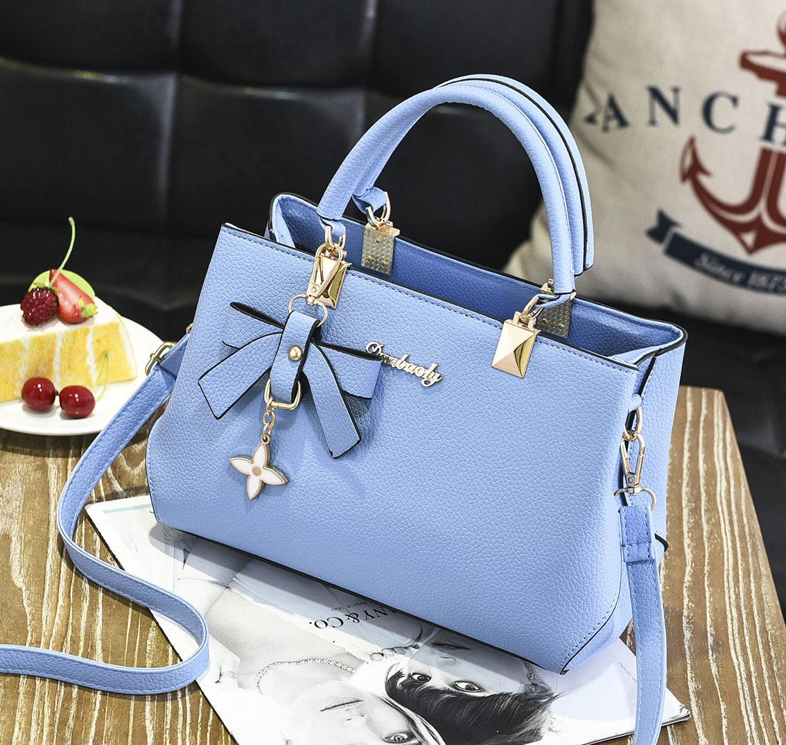 ขายส่ง กระเป๋าผู้หญิงถือและสะพายข้างแฟชั่นสไตล์เกาหลี แต่งโบว์ห้อยจี้ดอกไม้ รหัส KO-612 สีฟ้า