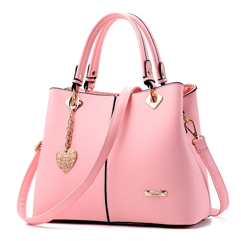 พร้อมส่ง ขายส่งกระเป๋าผู้หญิงถือและสะพายข้าง แต่งจี้ห้อยหัวใจแฟชั่นสไตล์ยุโรป รหัส Yi-5208 สีชมพู