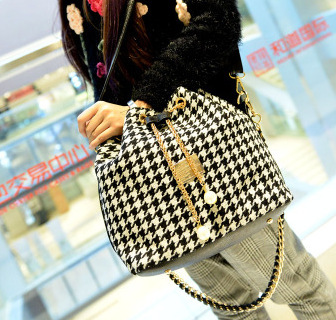 พร้อมส่ง ขายส่ง กระเป๋าสะพายข้าง ทรงขนมจีบ แฟชั่นเกาหลี Fashion bag รหัส T-302 สีดำ-ขาว 2 ใบ
