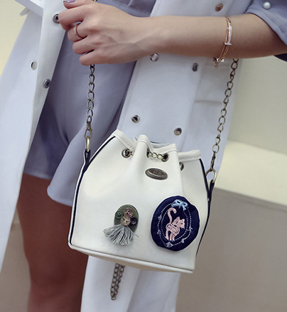 ขายส่ง กระเป๋าผู้หญิงสะพายข้างใบเล็ก ทรงขนมจีบสายสะพายโซ่ แฟชั่นเกาหลี TIANCAI รหัส G-653 สีขาว