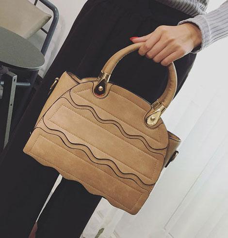 ขายส่งกระเป๋าผู้หญิงถือและสะพายข้าง ร่องคลื่นน้ำ แฟชั่นเกาหลี Fashion bag รหัส DU-928 สีกากีเข้ม