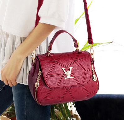 ขายส่งกระเป๋าผู้หญิงถือและสะพายข้าง แต่งลายเรขาคณิต อะไหล่ล็อคLV แฟชั่นสไตล์เกาหลี รหัส KO-967 สีไวน์แดง