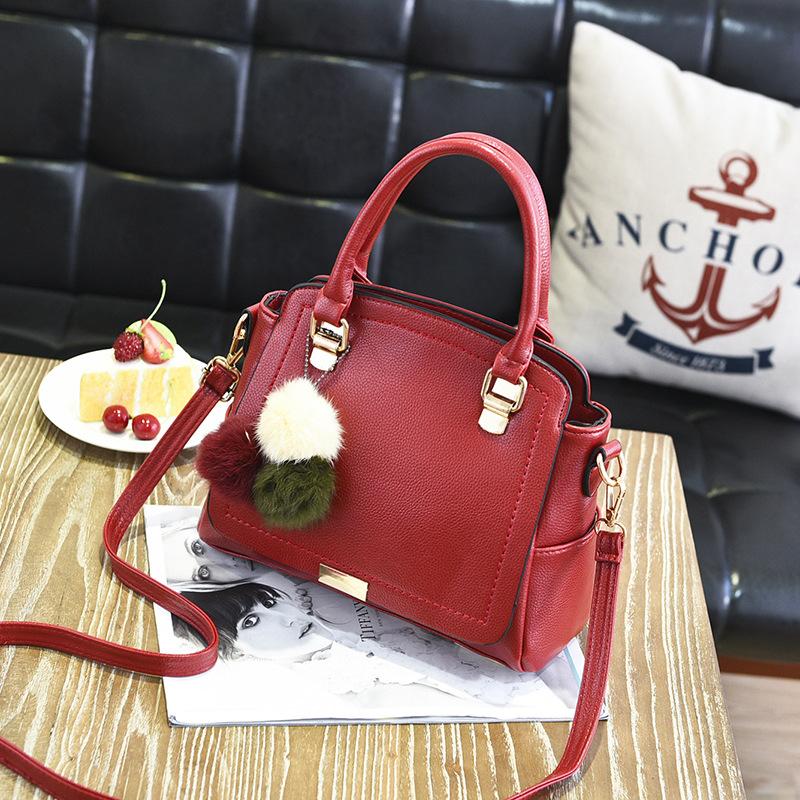พร้อมส่ง ขายส่ง กระเป๋าผู้หญิงถือและสะพายข้างแฟชั่นสไตล์เกาหลี แต่งพู่สามสี รหัส KO-199 สีไวน์แดง