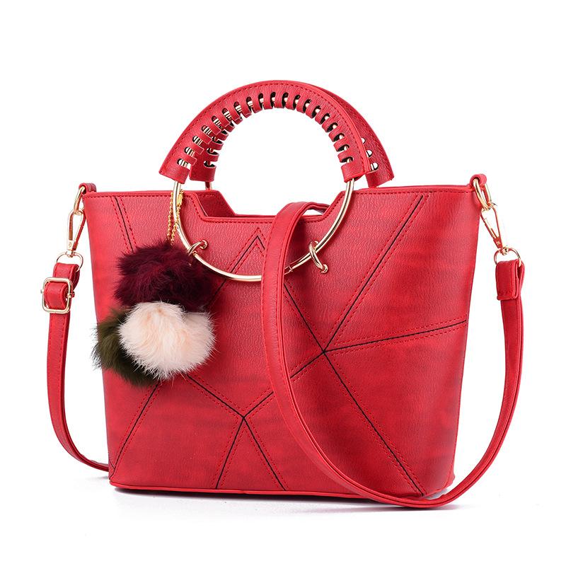 พร้อมส่ง ขายส่ง กระเป๋าผู้หญิงถือและสะพายข้างแฟชั่นสไตล์เกาหลี ลายเรขาคณิต ห่วงถือกลม รหัส KO-459 สีแดง *แถมพู่สามสี