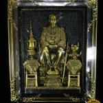 งานประติมากรรม ภาพนูนสูงพระบาทสมเด็จพระปรมินทรมหาภูมิพลอดุลยเดชทรงประทับพระที่นั่งพุดตานกาญจนสิงหาสน์ (เนื้อยิปซัมปัดผงทองเหลือง)